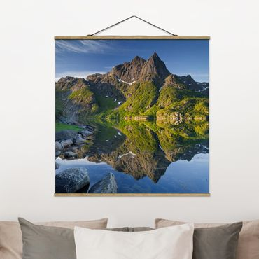 Foto su tessuto da parete con bastone - Riflessione della montagna Paesaggio Con Acqua In Norvegia - Quadrato 1:1