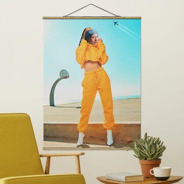 Foto su tessuto da parete con bastone - Ragazza con pantaloni della tuta - Verticale 4:3