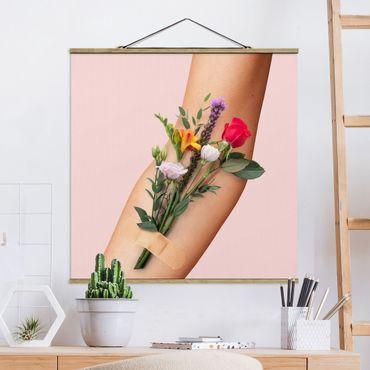 Foto su tessuto da parete con bastone - Braccio con i fiori - Quadrato 1:1