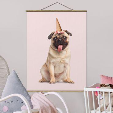Foto su tessuto da parete con bastone - Pug con cono di gelato - Verticale 4:3