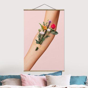 Foto su tessuto da parete con bastone - Braccio con i fiori - Verticale 3:2
