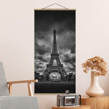 Foto su tessuto da parete con bastone - Torre Eiffel di nuvole in bianco e nero - Verticale 2:1