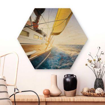 Esagono in legno - Barca a vela sul mare blu In Sole