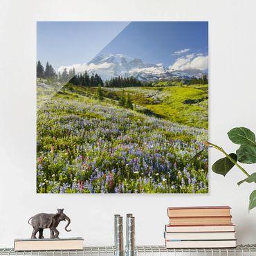 Quadro in vetro - Mountain meadow with flowers in front of Mt. Rainier - Quadrato 1:1