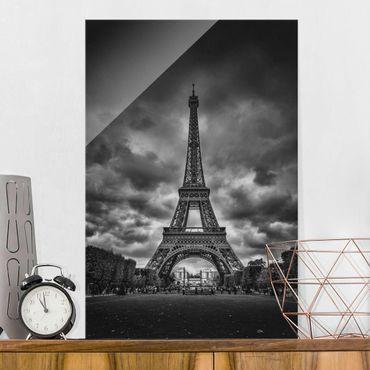 Quadro in vetro - Torre Eiffel Davanti Nubi In Bianco e nero - Verticale 2:3