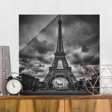 Quadro in vetro - Torre Eiffel Davanti Nubi In Bianco e nero - Quadrato 1:1