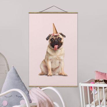 Foto su tessuto da parete con bastone - Pug con cono di gelato - Verticale 3:2