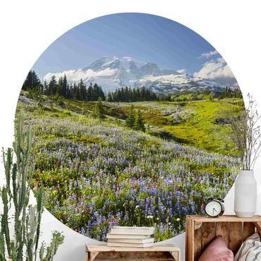 Carta da parati rotonda autoadesiva - Prato di montagna con fiori di fronte del Monte Rainier