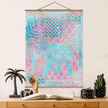Foto su tessuto da parete con bastone - Colorato collage - Elefante in blu e rosa - Verticale 4:3