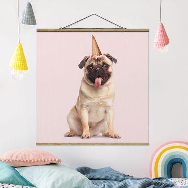 Foto su tessuto da parete con bastone - Pug con cono di gelato - Quadrato 1:1