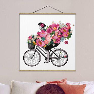 Foto su tessuto da parete con bastone - Laura Graves - Illustrazione Donna in bicicletta Collage fiori variopinti - Quadrato 1:1
