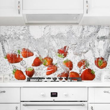 Adesivo per piastrelle - Fresh strawberries in water Formato orizzontale