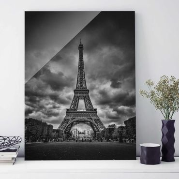 Quadro in vetro - Torre Eiffel Davanti Nubi In Bianco e nero - Verticale 3:4
