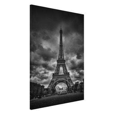 Lavagna magnetica - Torre Eiffel Davanti Nubi In Bianco e nero - Formato verticale 2:3